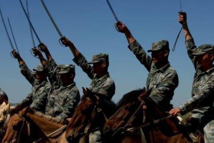 """中国骑兵的战斗能力如何?曾被外媒评为世界上""""最可怕""""的军队,为何又被取消"""