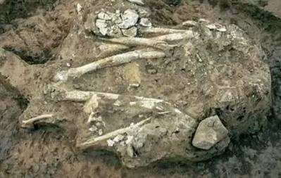秦始皇死后,后宫全被殉葬,尸骸双腿分开形态诡异