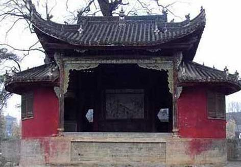 诸葛亮墓的建筑布局是什么样的 墓前的石碑是谁所立的