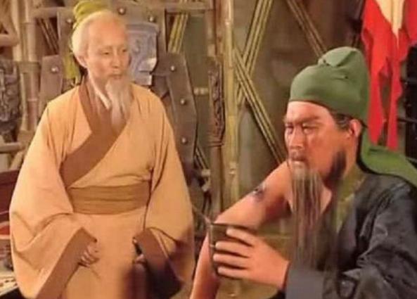 关羽左臂中箭受伤,华佗为什么治疗右臂呢?