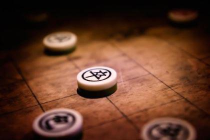 为什么象棋中的老将和帅不能见面 看看那条河就知道了
