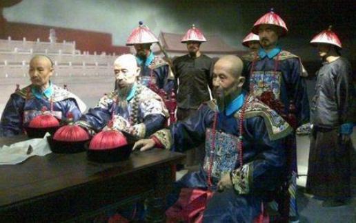 清朝年间大臣的官服,是自己做还是统一发放?
