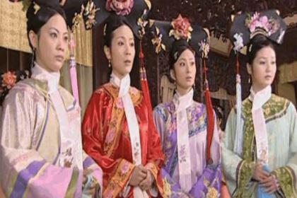 满清妃子们脖子上总是围着一条白色围巾是什么意思?龙华领巾