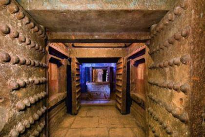 古代皇帝下葬后墓门反锁,工匠怎么出来?