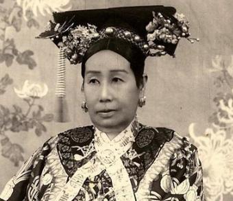 清朝妃子为什么脖子上要系白色丝带?这个丝带有什么用处?