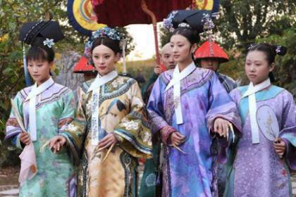 清宫剧里的妃子为什么都要丫鬟扶着走?走路也是有规矩的?